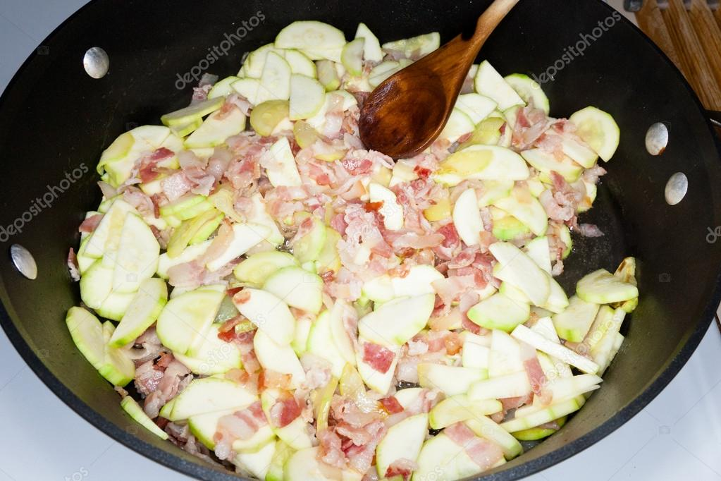 Penne Rigate with zucchini,bacon and Creme Fraiche sauce. — Stock Photo #13826827