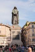 哲学家佐丹奴纪念碑布鲁诺在广场的中心. — 图库照片