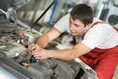Auto mechanic at work — Stock Photo