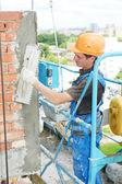 Gevel bouwer stukadoor op het werk — Stockfoto