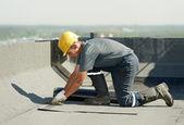Flache dacheindeckung arbeitet mit überdachung filz — Stockfoto