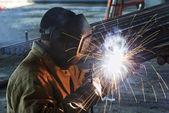 Trabalhador de soldagem com arco elétrico eletrodo — Foto Stock
