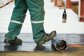 Telhado liso cobrindo o reparo trabalha com coberturas sentiu — Foto Stock