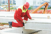 Builder worker installing concrete slab — 图库照片
