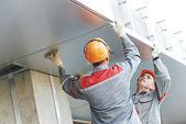 Fasáda dělníci instalace kovových internátní — Stock fotografie