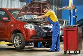 Mécanicien automobile au travail avec clé — Photo