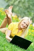Leende ung student tjej med laptop — Stockfoto