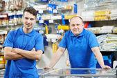 Los vendedores del equipo en casa tienda de mejoras — Foto de Stock