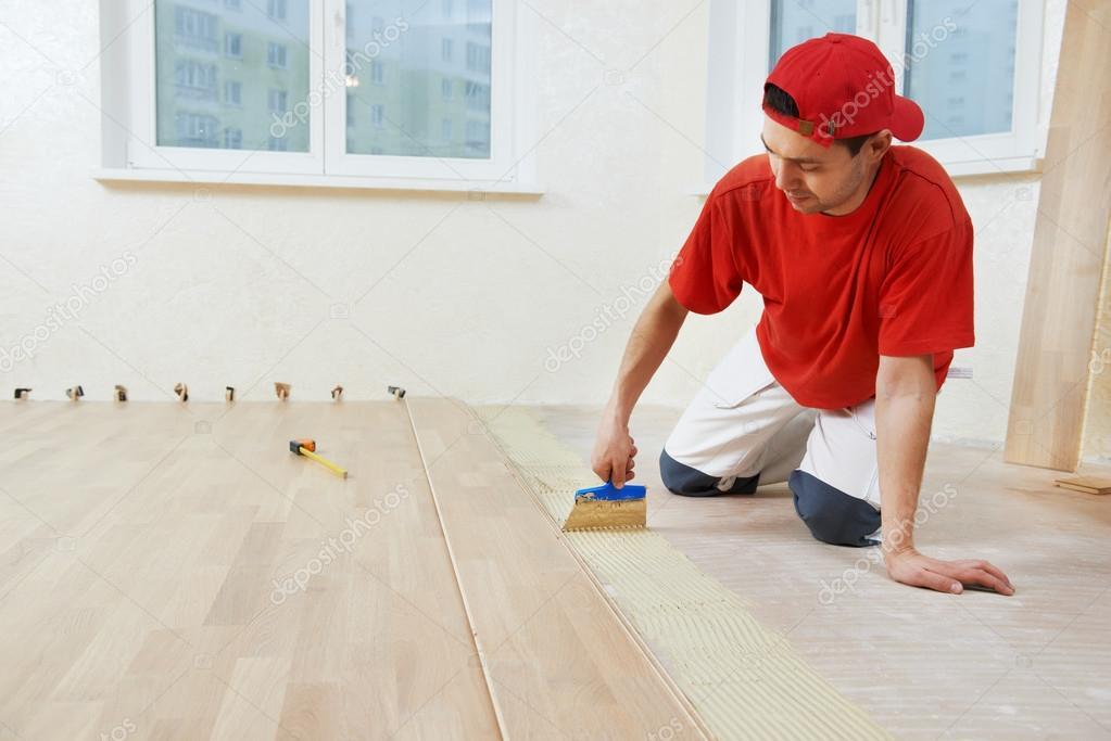 parkett worker hinzuf gen kleber am boden stockfoto. Black Bedroom Furniture Sets. Home Design Ideas
