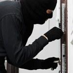 ladrón ladrón en el allanamiento de la casa — Foto de Stock