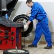 Repairman mechanic at wheel balancing — Stock Photo