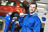 修理工汽车修理工在工作 — 图库照片