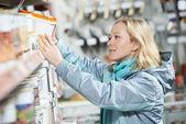 Mujer compras pintura en ferretería — Foto de Stock