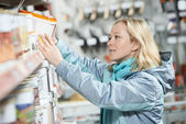 Woman shopping paint at hardware store — Foto de Stock