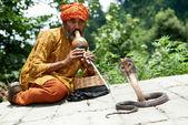 Encantador de serpientes en la india — Foto de Stock