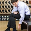 Young man trying on shoes - Stockfoto