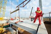 Tvůrce pracovníka provádějícího instalaci betonová deska — Stock fotografie