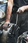 汽车技工手在汽车修理的工作 — 图库照片