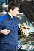 Kfz-mechaniker prüfung öl am motor motor — Stockfoto