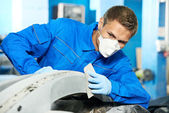 Auto mechanic polishing car — Stockfoto