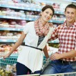 familie op food winkelen in de supermarkt — Stockfoto