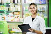 Femme de chimiste de pharmacie en pharmacie — Photo