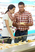 Family choosing food at shopping in supermarket — Stock Photo