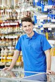 Vendedor en tienda de mejoras para el hogar — Foto de Stock