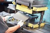 Trabalhador operar máquina de imprensa folha de metal — Foto Stock