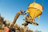 Stavební dělníci zabetonováním s barel — Stock fotografie