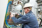électricien serrer les vis avec une clé — Photo