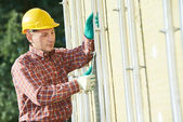 Builder at aerated facade tile installation — Foto Stock
