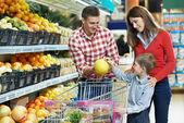 Famiglia con bambino, negozi di frutta — Foto Stock