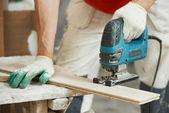Tablero de parquet de corte con sierra caladora eléctrica — Foto de Stock