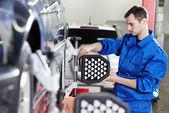 汽车修理工在传感器与车轮对齐方式工作 — 图库照片