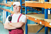 Kaukasische jonge arbeider in magazijn — Stockfoto