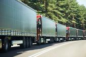 Vrachtwagen vrachtwagens in verkeersopstopping — Stockfoto