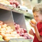 Child boy choosing fruits vegetable shopping — Stock Photo