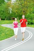 Młody mężczyzna i kobieta, biegania na świeżym powietrzu — Zdjęcie stockowe