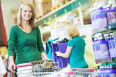 žena s nákupním vozíkem v supermarketu — Stock fotografie