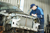 Worker at car repair determination — Stock Photo