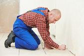 плиточник на дому этаж черепица ремонтные работы — Стоковое фото