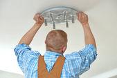 配線作業の家で電気技師 — ストック写真