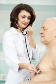 Doctor listening heartbeat — Stock Photo