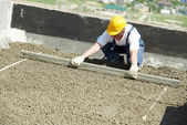 Werknemer dakdekker met float luit — Stockfoto