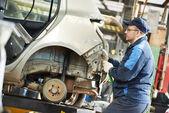 Auto repair man flatten metal body car — Stock Photo