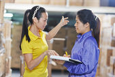 Two chinese female workers in warehouse — Stockfoto