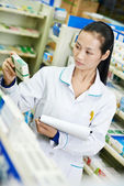 Chinese apotheek scheikundige vrouw in china drogisterij — Stockfoto