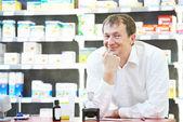 Vertrouwen apotheek scheikundige man in drogisterij — Stockfoto