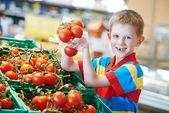 Süpermarkette alışveriş çocuk — Stok fotoğraf